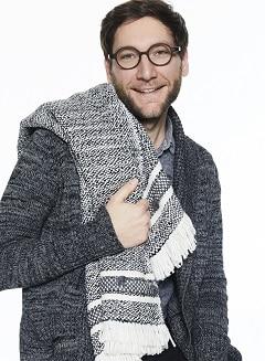 Matthias mit einer Decke von Royal Knit