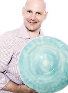 Stephan mit einer Keramikschale von WONKI WARE