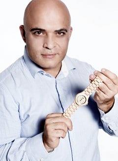 Pasquale mit einer Uhr von WEWOOD