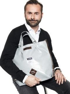Mariusz mit einer Tasche von 7 CLOUDS