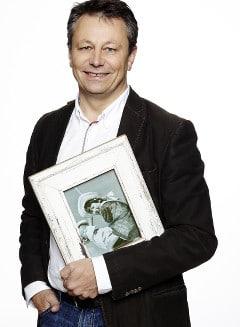 Erich mit einem Bilderrahmen von LUNA DESIGN
