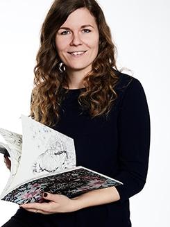 Aurélie mit einem Ausmalbuch