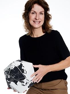 Marion mit einer Weltkugel von PALOMAR