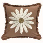 """Handbesticktes Kissen """"Embroidered Daisy"""" mit Blumenmotiv. Farbe braun."""